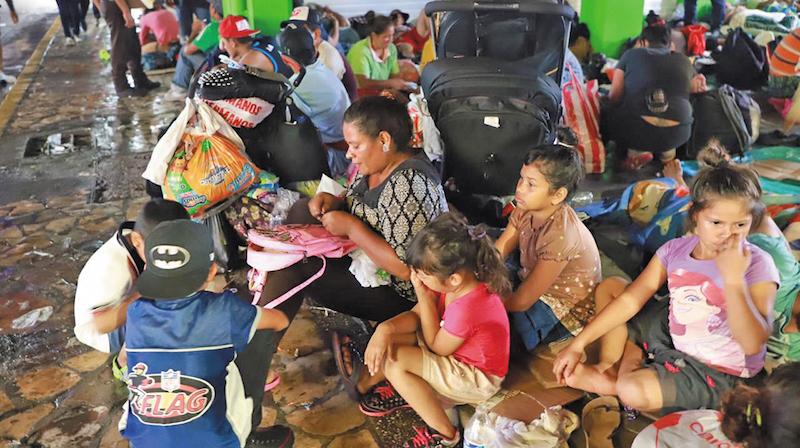 Yisel y sus hijos reciben apoyo en Tapachula, mientras esperan para continuar con el viaje a EU. Foto: Benjamín Alfaro.