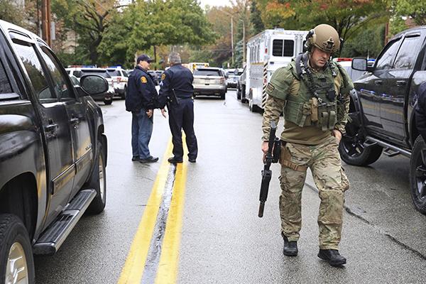 La policía acordonó la sinagoga Árbol de la Vida. FOTO: REUTERS