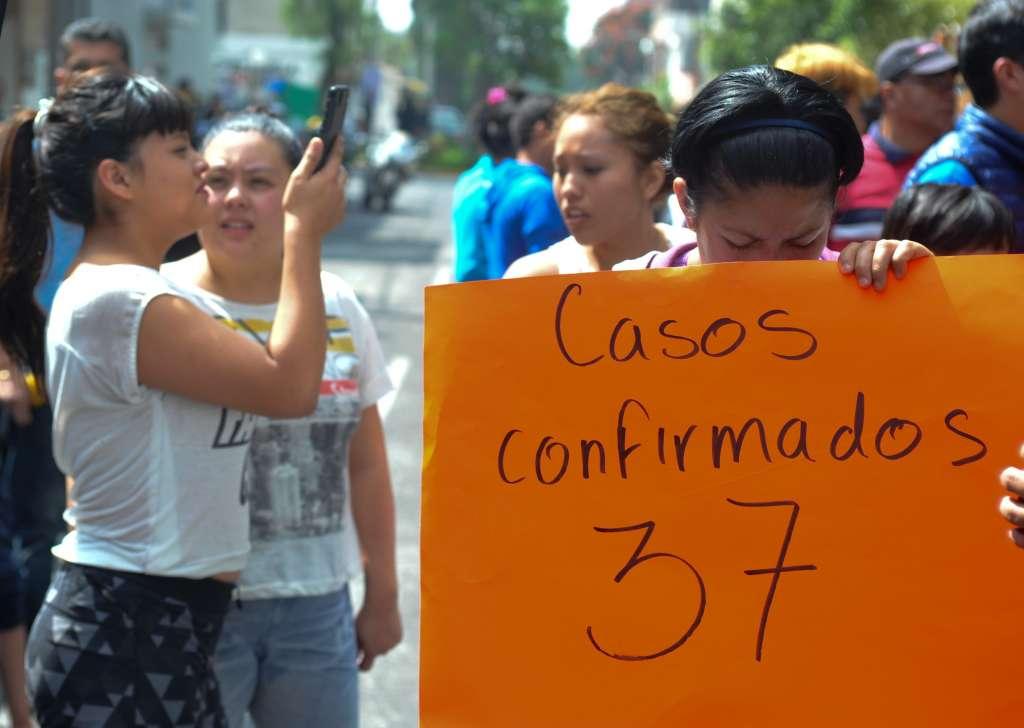 Padres de familia protestaron frente al kínder Marcelino de Champagnat. FOTO: CUARTOSCURO