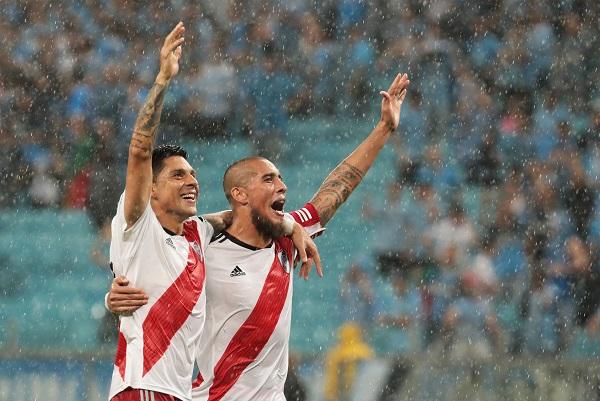 Gonzalo Martínez (i) y Jonatan Maidana (d) de River Plate celebran la victoria ante Gremio. Foto: EFE