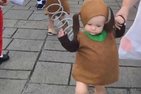 El bebé vive en carne  propia el fanatismo de su papá. FOTO: ESPECIAL