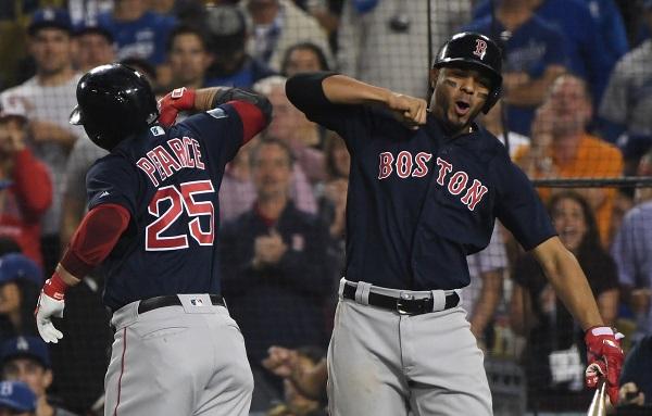 l FUERZA. Steve Pearce y Xander Bogaerts celebraron la conquista de visita para los Red Sox. Foto: AFP