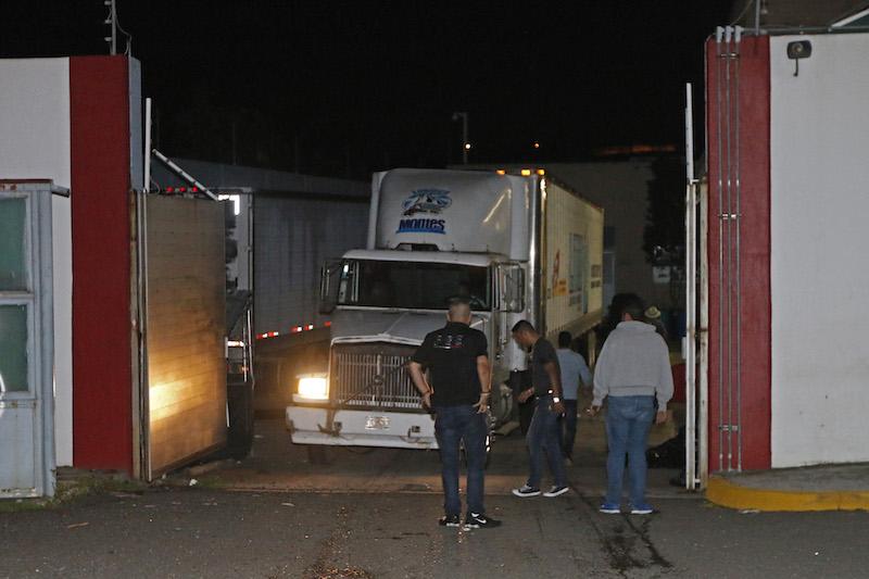 Un trailer de servicios de refrigeración con mas de 150 cadáveres a bordo de la caja ingresa a las instalaciones del Instituto Jalisciense de Ciencias Forenses tras haber estado durante el fin de semana estacionado en diversos puntos de la metrópoli. FOTO: FERNANDO CARRANZA GARCIA / CUARTOSCURO.COM
