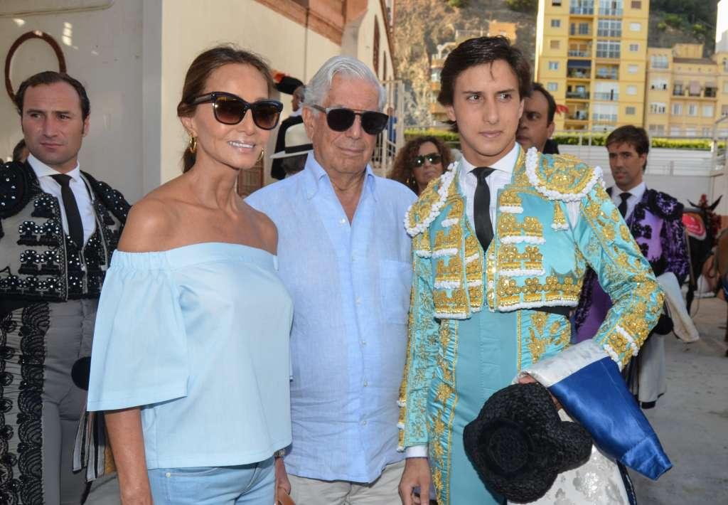HONOR. Isabel Preysler junto a su pareja, el premio Nobel Mario Vargas Llosa, y el torero Andrés Roca Rey. Foto: PACO LOBATO
