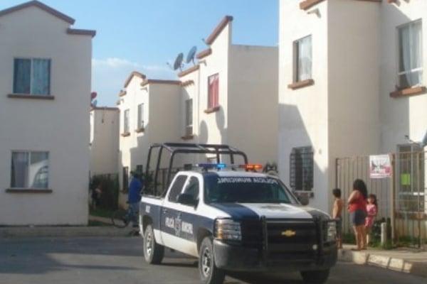 La policía municipal rescató a hombre antes de ser linchado. FOTO: ESPECIAL