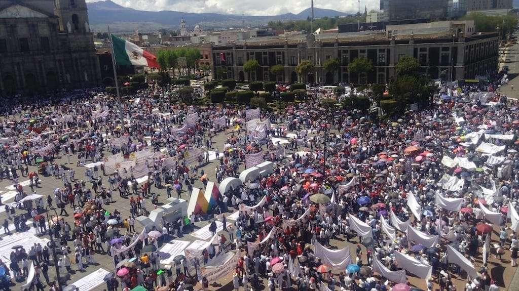 Más de 8 mil trabajadores del sector salud protestan en Toluca, exigen aumento de salario. Foto: Teresa Montaño.