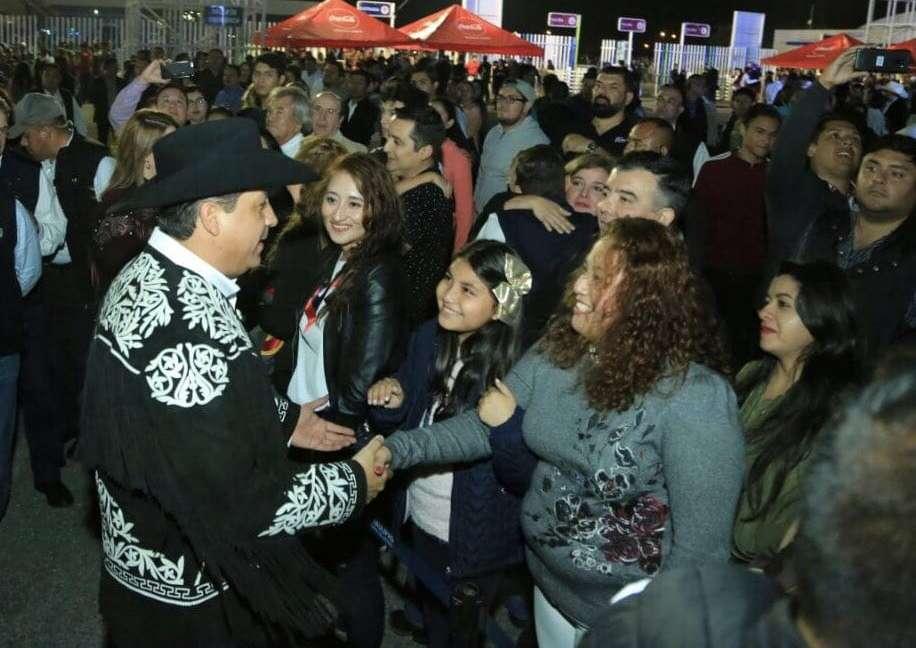 Acompañado de su esposa, Mariana Gómez de Cabeza de Vaca, el ejecutivo estatal recorrió los stands de los municipios, dependencias gubernamentales, Pabellón Cinegético. Foto: Especial