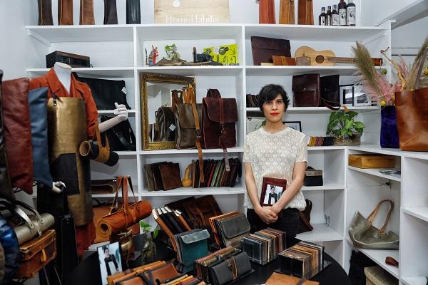 EQUIPO. En el taller trabajan cinco personas, quienes se encargan de cortar, coser y diseñar. Foto:  NAYELI CRUZ