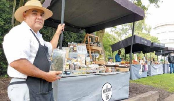 QUINOA. Félix promueve sus productos, como galletas y frituras, elaborados en Tláhuac.  Foto: Carlos Navarro