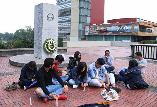 Estudiantes encendieron veladoras frente a la rectoría de la UNAM como solidaridad con sus compañeros agredidos el pasado 03 de Septiembre. FOTO: CUARTOSCURO