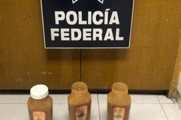 Los policías encontraron dos bolsas de plástico mezcladas con la cajeta. Foto:@PoliciaFedMx