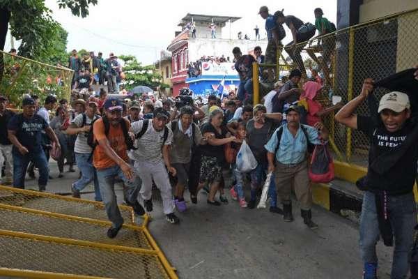 Hombres, mujeres y niños, mayoría hondureños, cruzaron la frontera de México Foto: AFP