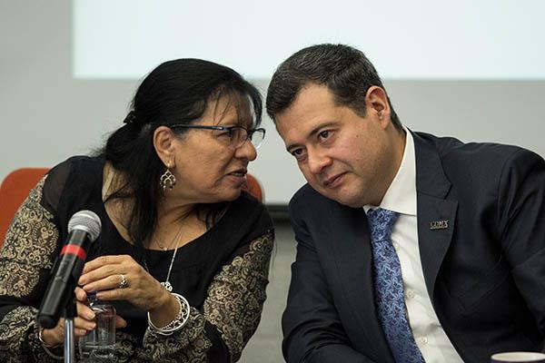 Nasheli Ramírez Hernández, presidente la Comisión de Derechos Humano del Distrito Federal (CDHDF), y José Ramón Amieva Gálvez, secretario de Gobierno de la Ciudad de México.  FOTO: CUARTOSCURO