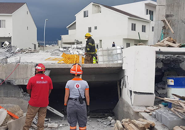 Un edificio de entre tres y cinco pisos en construcción se derrumbó hoy en el sector Cumbres del Sol de esta ciudad, con un saldo de al menos tres personas sin vida y ocho desparecidas, informó Protección Civil del Estado. FOTO: NOTIMEX