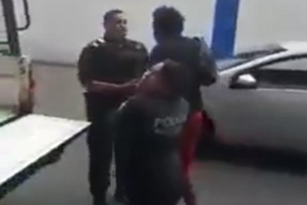 Lo policías argumentan que el hombre siguió pidiendo dinero pese a que le habían pedido que no lo hiciera. Foto: Especial