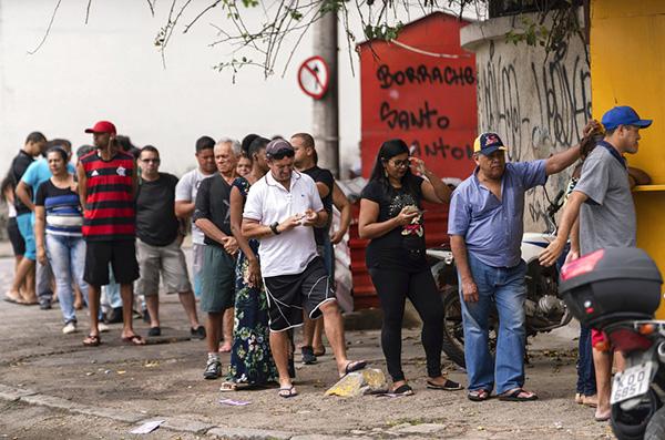 Las encuestas dieron ventaja de 10 puntos a Bolsonaro en una contienda que se volvió más reñida en los últimos días. FOTO: AP