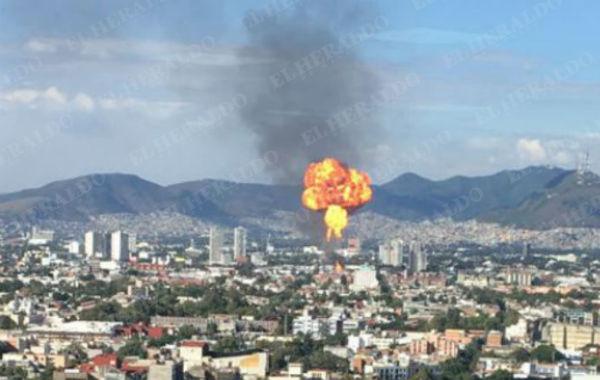 Poco antes de las 17 horas, el fuego alcanzó varios metros de altura por una explosión Foto: Héctor Juárez