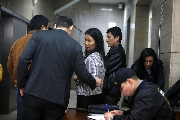 Fotografía cedida por el diario Perú.21, de la líder opositora Keiko Fujimori en el momento de su detención. Foto: EFE