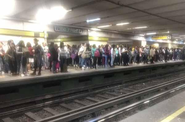 Usuarios han reportado marcha lenta en la Línea 3 del Metro. FOTO: TWITTER