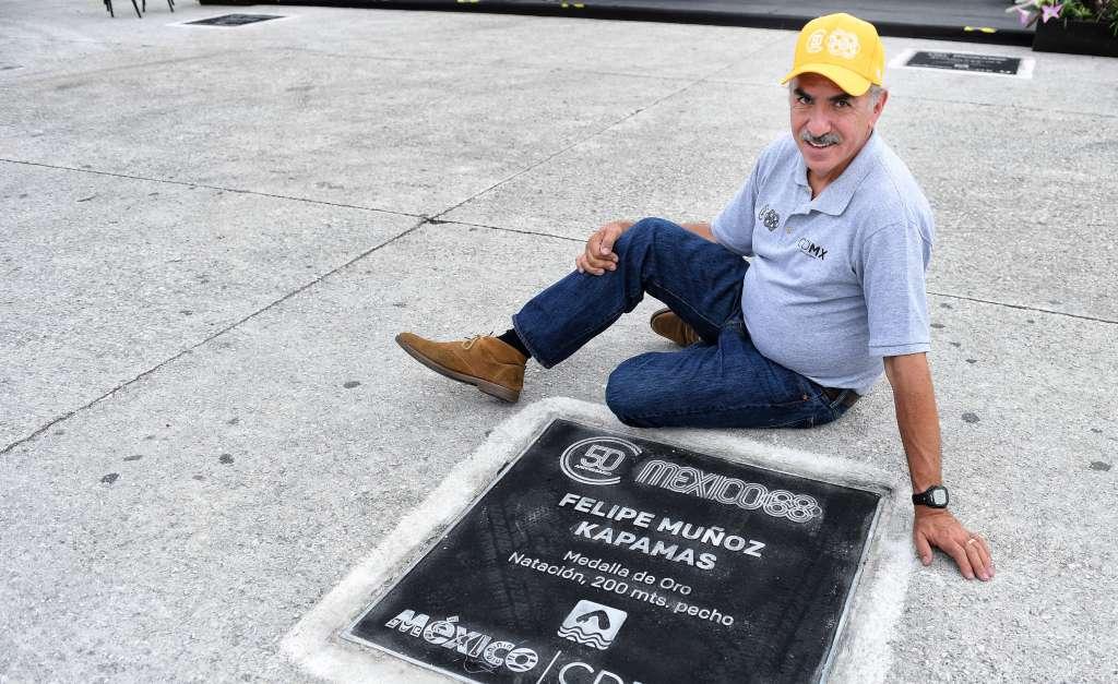 PERPETUIDAD. Felipe Muñoz posó orgulloso con la placa por el oro que logró en los Juegos Olímpicos de México 1968. Foto: LESLIE PÉREZ