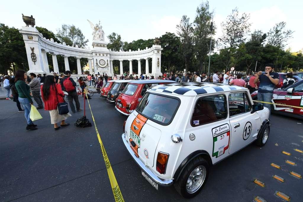 FORMACIÓN. Los autos que participan en la legendaria carrera levantaron el interés en el Hemiciclo a Juárez. Foto: LESLIE PÉREZ