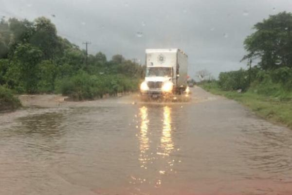 En el tramo El Naranjo-La Central se registró arrastre de tierra y lodo. Foto: Especial