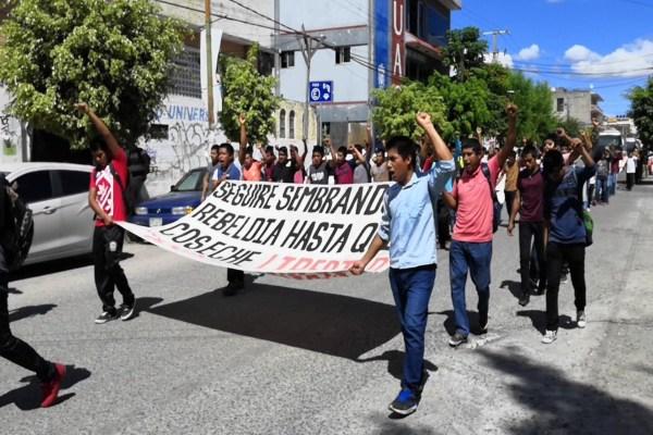 La movilización, en la que participaron unos 200 normalistas, comenzó a las 11:30 horas en el monumento a Nicolás Bravo. Foto: @Alberto_GomezP