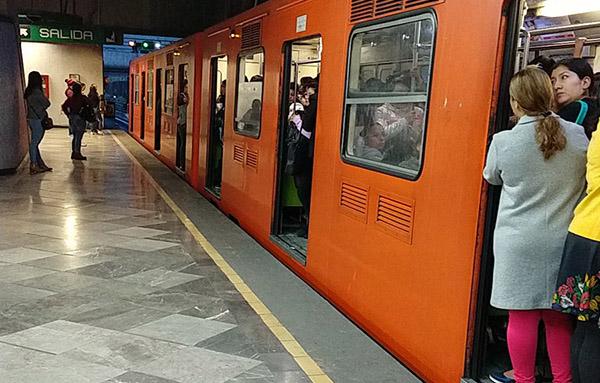 Otros pasajeros también señalaron retrasos en las líneas 8, B y 12 del sistema de transporte. FOTO: ESPECIAL