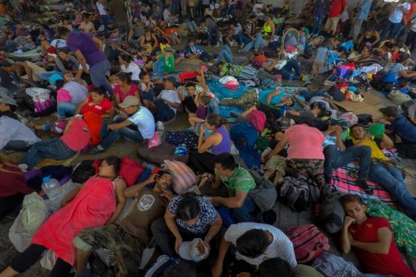 Los migrantes prefirieron quedarse en la plaza por temor a que fueran detenidos y eventualmente deportados. Foto: Archivo | Cuartoscuro