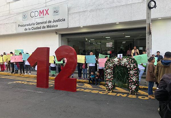 Los familiares de los 12 jóvenes fallecidos bloquearon los accesos principales a la Procuraduría local para exigir acción penal. FOTO: MANUEL DURÁN