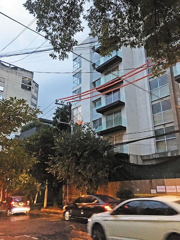 La edificación ubicada en la colonia Crédito Constructor tiene sellos de suspensión de la alcaldía. Foto: Lizeth Gómez de Anda