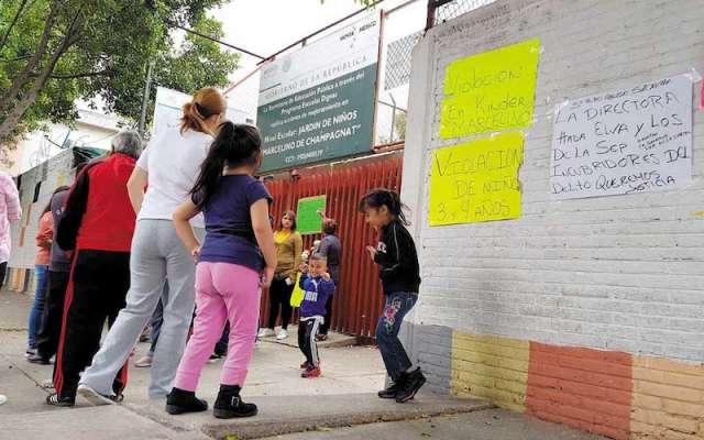 Padres de familia acuden furiosos al kínder Marcelino de Champagnat. Foto: Lizeth Gómez de Anda