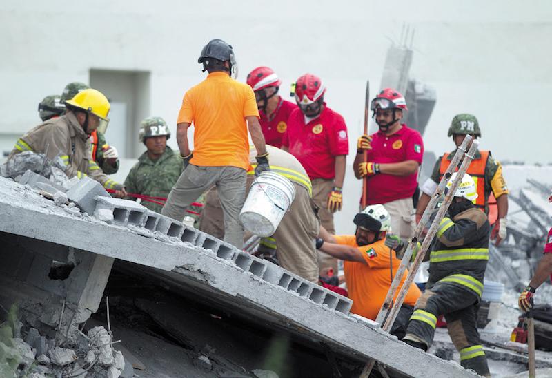 Derrumbe en plaza de Monterrey; 7 fallecidos. Foto: Cuartoscuro.com