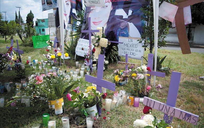 Cruces y pancartas para exigir justicia y castigo a los responsables por varios asesinatos de mujeres en Ecatepec han sido colocadas en calles de la colonia Jardines de Morelos luego de la detención de una pareja que se declaró culpable por el asesinato de más de 10 mujeres en su domicilio ubicado en la calle Playa Tijuana.    FOTO: DIEGO SIMÓN SÁNCHEZ /CUARTOSCURO.COM