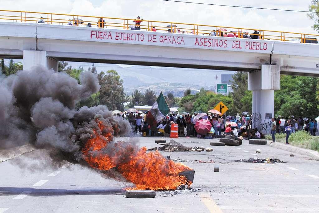 La disidencia magisterial de Oaxaca se movilizó ante la implementación de la Reforma. FOTO: ADOLFO VLADIMIR /CUARTOSCURO.COM