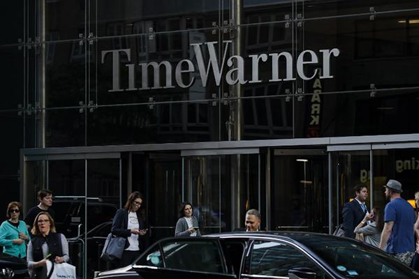 Los telespectadores de la cadena asistieron en directo a la interrupción de un programa animado por Poppy Harlow y Jim Sciutto, cuando sonó la alarma de evacuación. FOTO: AFP