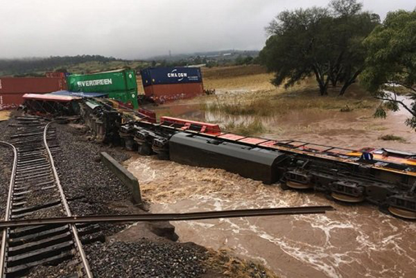 La ferroviaria estadounidense Kansas City Southern de México (KCSM), informó que el suceso ocurrió enel Distrito de Caltzontzin, Michoacán.  FOTO: ESPECIAL