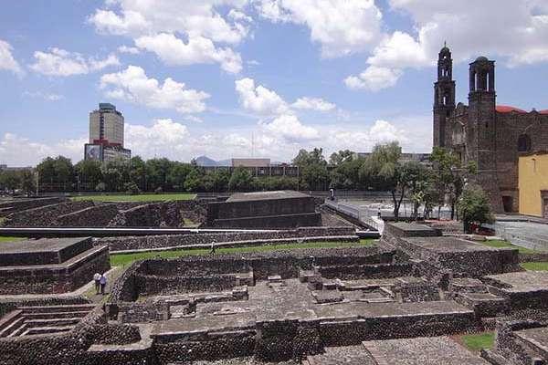 En la madrugada del 28 de agosto, los estudiantes fueron desalojados del Zócalo con tanquetas.
