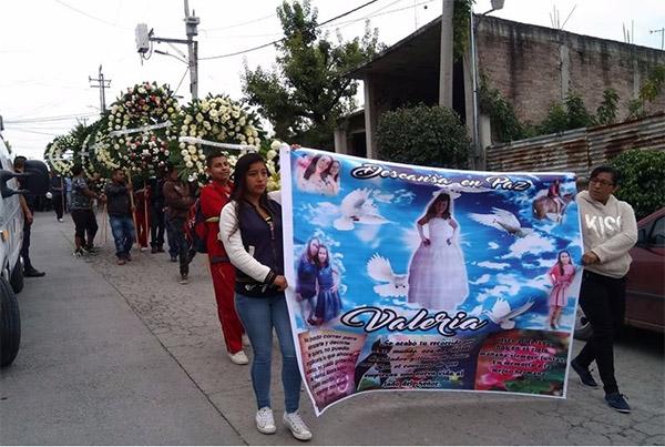 Valeria fue llevada al cementerio del municipio, mientras los habitantes clamaban justicia para la menor. FOTO: ESPECIAL