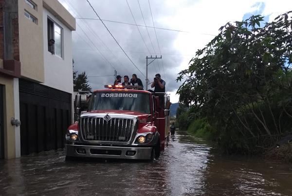 La depresión tropical Vicente dejó varios derrumbes en carreteras del estado y se alejó de las costas de Guerrero. FOTO: ESPECIAL
