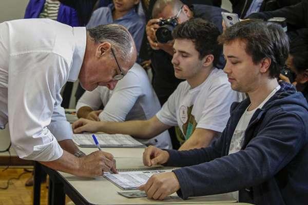 Las elecciones presidenciales más polarizadas de la historia reciente de Brasil se iniciaron este domingo a las 08:00 horas locales. FOTO: AFP