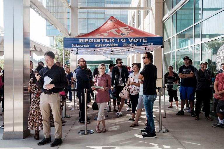 Se forman largas filas en la oficina de registro de votantes de San Diego, California, mientras las personas esperan para registrarse para votar. Foto: AFP