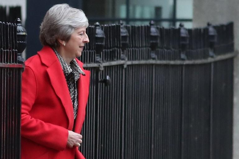 La premier británica, Theresa May, abandona 10 Downing Street por la salida trasera.  Foto: AFP