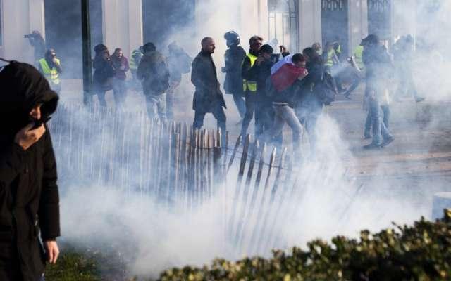 ENOJO. Manifestantes se enfrentaron a policías. Foto: AFP