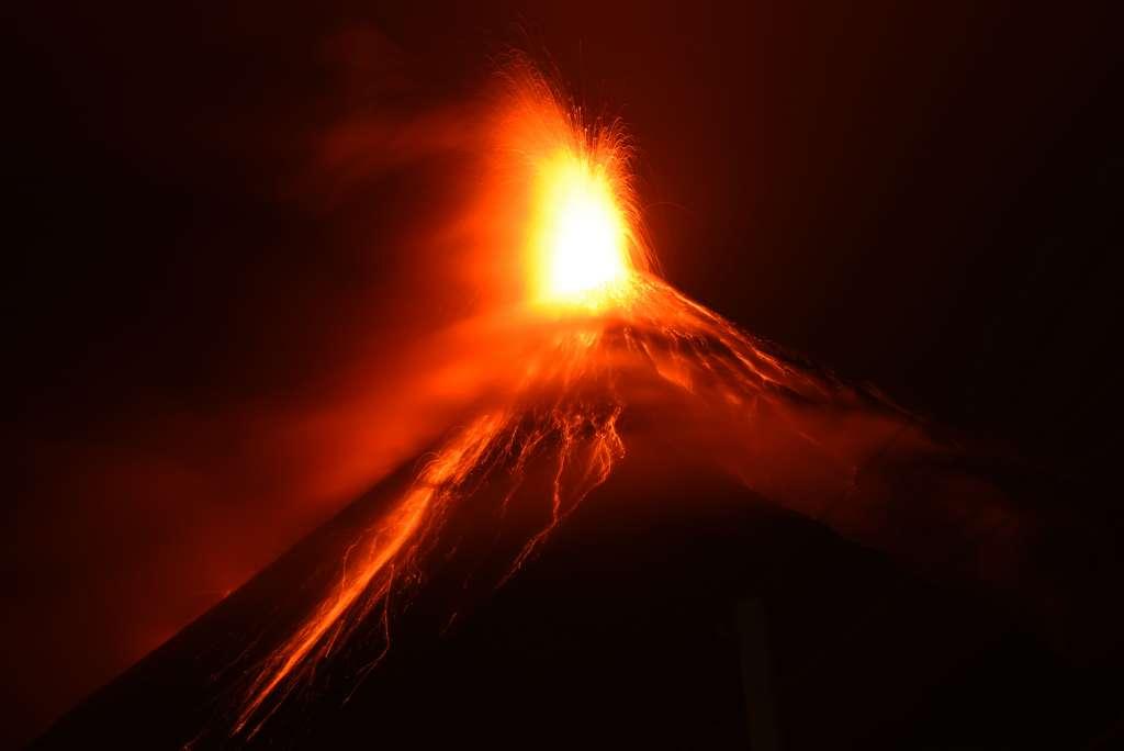 Una vista general muestra que el volcán Fuego entró en erupción como se ve desde Alotenango, un municipio en el departamento de Sacatepequez, a 65 km al suroeste de la ciudad de Guatemala el 19 de noviembre de 2018