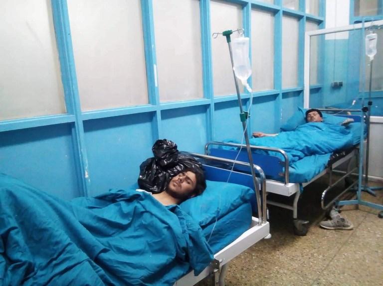 Los sobrevivientes heridos reciben tratamiento en el hospital Wazir Akbar Khan en Kabul. Foto: AFP.