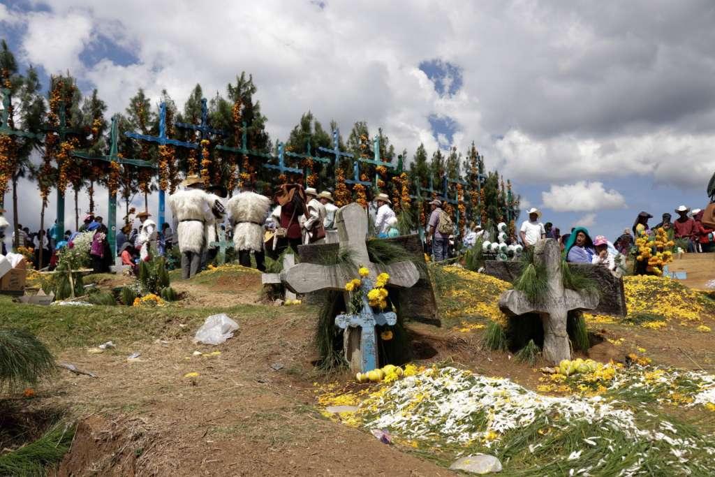 HERENCIA. Las tumbas están sobre un pequeño cerro. En la cima hay 22 cruces colocadas por medio de un ritual para pedir permiso a la tierra. Foto: Cortesía Marco Hernández