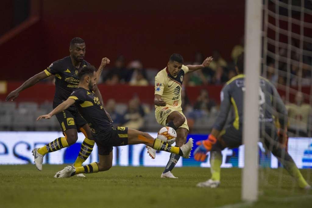 MEJORÍA. En el partido entre América y Morelia, el campo lució recuperado, gracias al descanso. Foto:  MEXSPORT