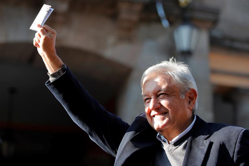Andrés Manuel López Obrador durante su voto en la consulta nacional. Foto: EFE
