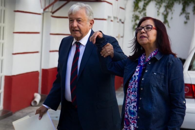 La encargada de Atención Ciudadana, Leticia Ramírez, informó a las personas que acudieron a dejar sus demandas y planteamientos dirigidos al presidente electo, que a partir de hoy ya no recibirán documentación, hasta que lleguen a Palacio Nacional.